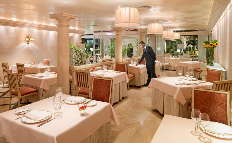Restauracja Las Columnas w Gran Hotel Atlantis Bahía Real