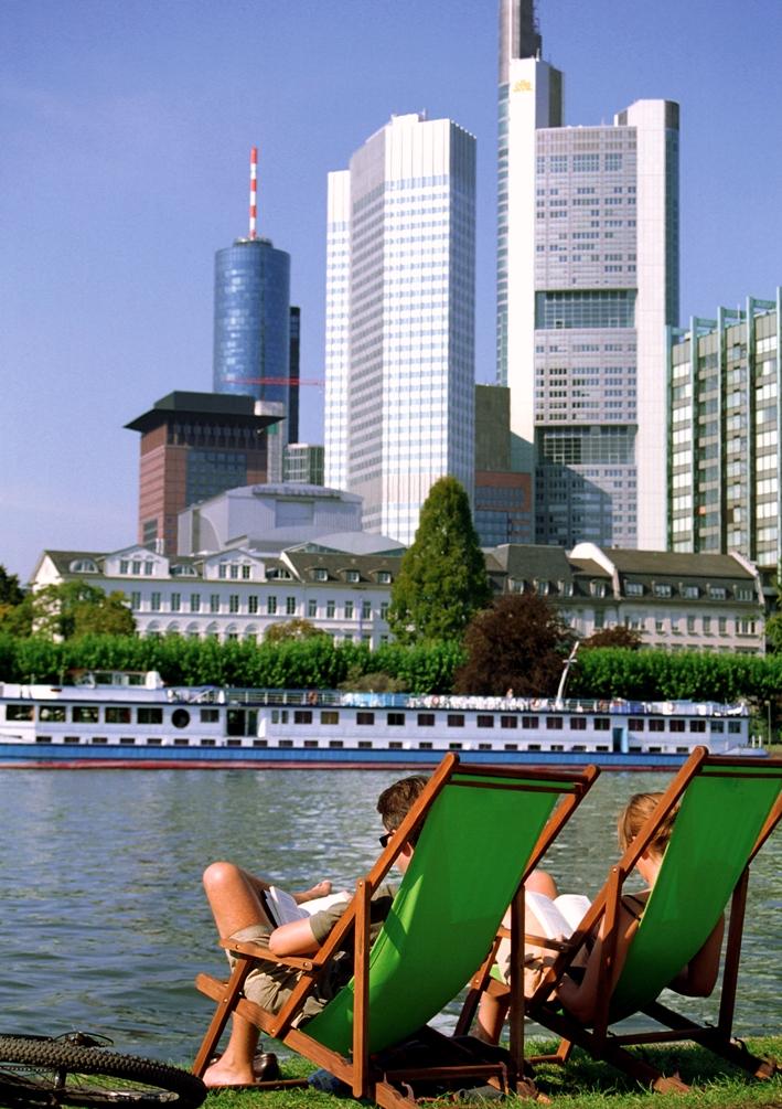FRA 10 Mainufer Skyline