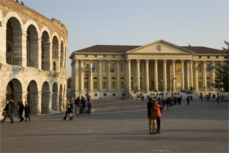 Verona Piazza Bra di fronte il municipio e a destra l arena